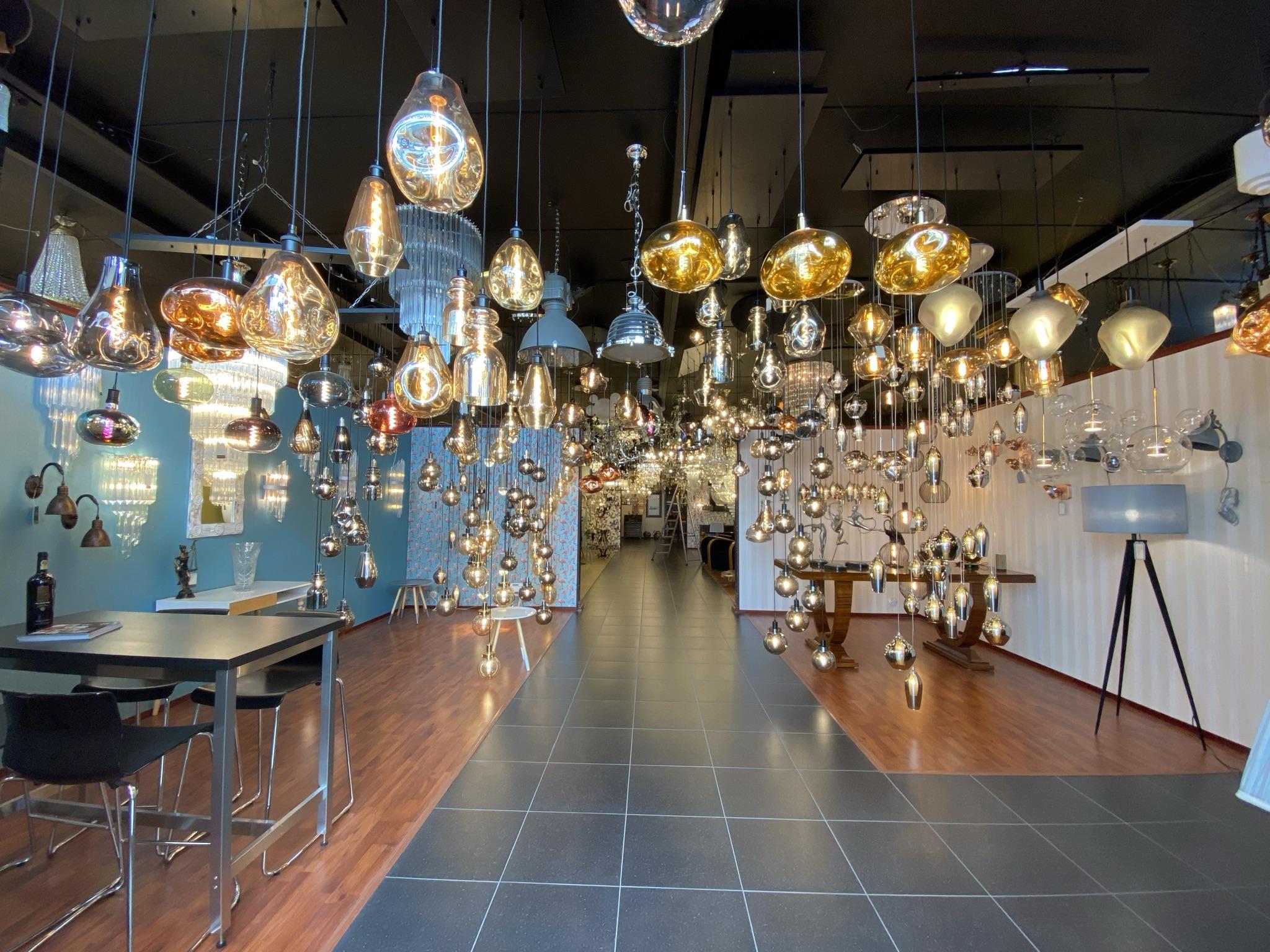 De moderne lampen in onze showroom